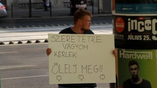 Szeretetre vágyom ölelj meg! - te mit tennél, ha egy ilyen táblát látnál egy koldus kezében? | Stand Up Comedy Humortársulat